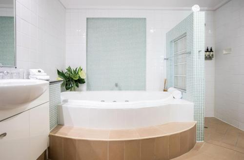 A bathroom at Port Douglas Peninsula Boutique Hotel - Adults Only Haven