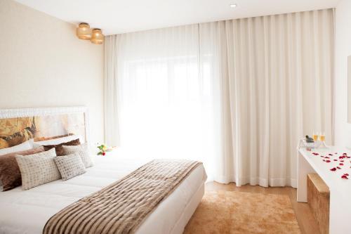 A bed or beds in a room at Hotel Villa Aljustrel