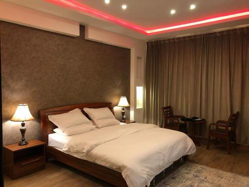 Cama ou camas em um quarto em Al Mas Furnished Units in Abha
