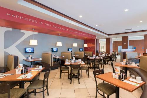 A restaurant or other place to eat at Holiday Inn Aurora North - Naperville, an IHG Hotel