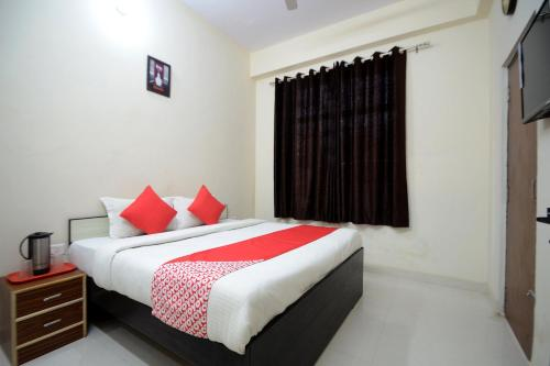 A bed or beds in a room at OYO 19970 Hotel Pink View