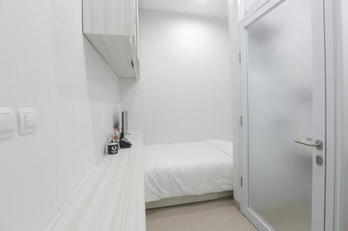 A bathroom at Voxstay Karawang