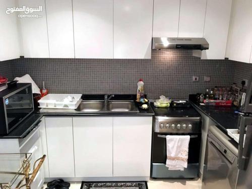 A cozinha ou cozinha compacta de Damac Al Jawahara Apartment