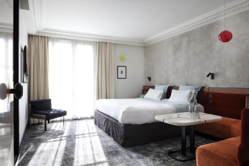 A bed or beds in a room at Hotel Les Bains Paris