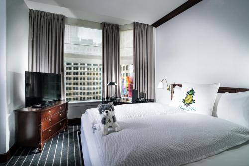 A bed or beds in a room at Staypineapple, An Iconic Hotel, The Loop
