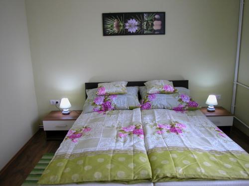 A bed or beds in a room at Lábas-Ház Apartmanok 2