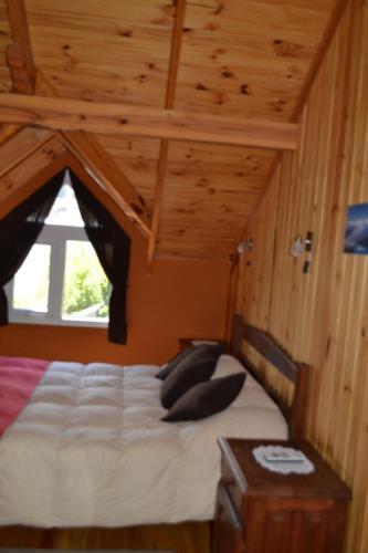 Una cama o camas en una habitación de Cabañas Austral