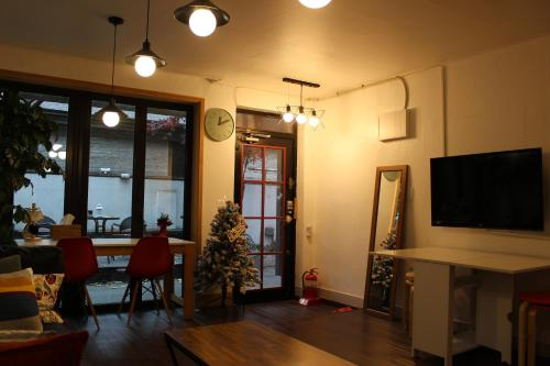 A television and/or entertainment center at Bunk Guesthouse Hongdae