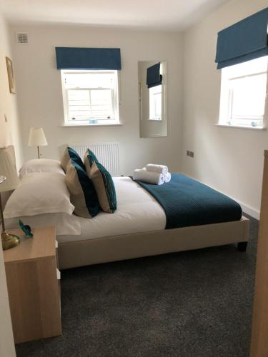 A bed or beds in a room at Portfolio Apartments - St Albans City Centre