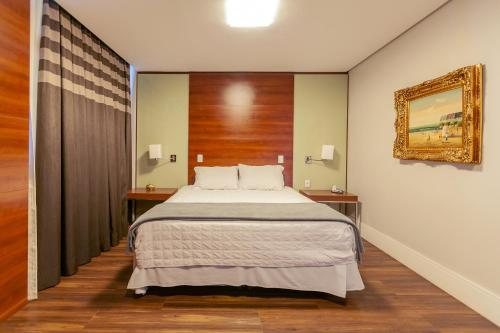 A bed or beds in a room at Tri Hotel Executive Criciúma