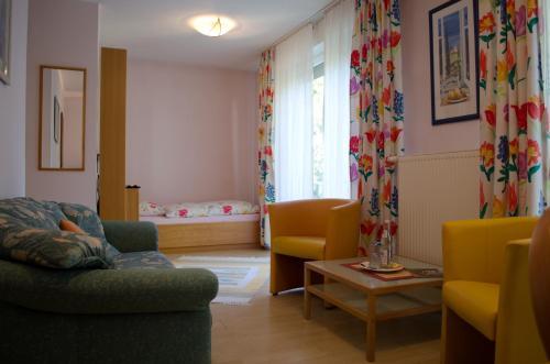 A seating area at Hotel Helvetia Garni