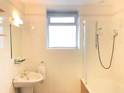 A bathroom at Keswick Park Hotel