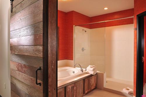 A bathroom at Stoney Creek Hotel Kansas City - Independence
