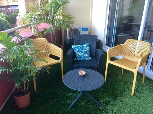 Uma área de estar em Studio Kaoha Nui - Private apartment