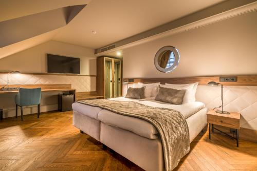 A bed or beds in a room at Hotel Vilnia