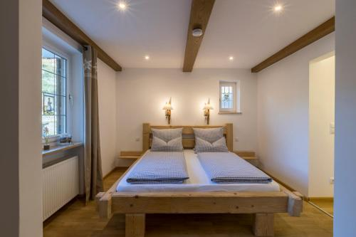 A bed or beds in a room at Ferienhaus Badersee