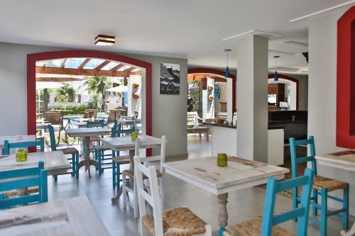 Um restaurante ou outro lugar para comer em Camboinhas Pousada Casa das Janelas Azuis