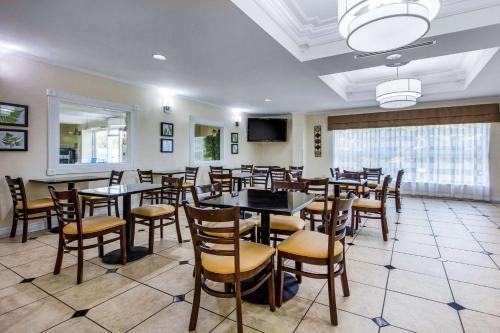 A restaurant or other place to eat at Sleep Inn & Suites Montgomery East I-85