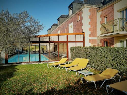 The swimming pool at or close to Tulip Inn Honfleur Residence