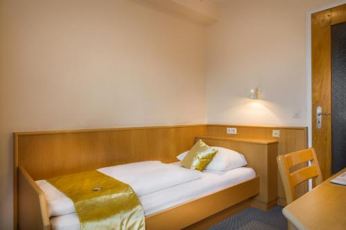A bed or beds in a room at Scope Hotel Greif