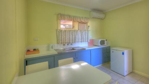 A kitchen or kitchenette at High Street Motel