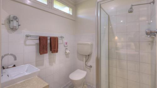 A bathroom at High Street Motel