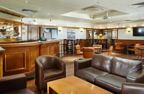 The lounge or bar area at Swansea Marriott Hotel