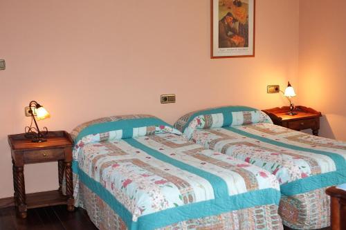 A bed or beds in a room at Hostal Esmeralda
