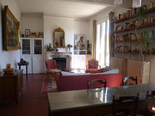 A kitchen or kitchenette at 35 Boulevard Marius Richard