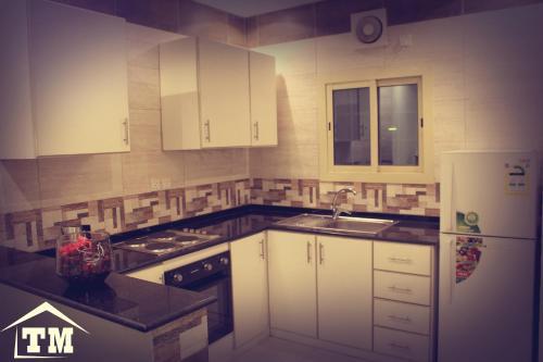 A cozinha ou cozinha compacta de شقق الزوايا الهادئه