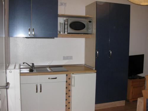 A kitchen or kitchenette at Apartment Airport