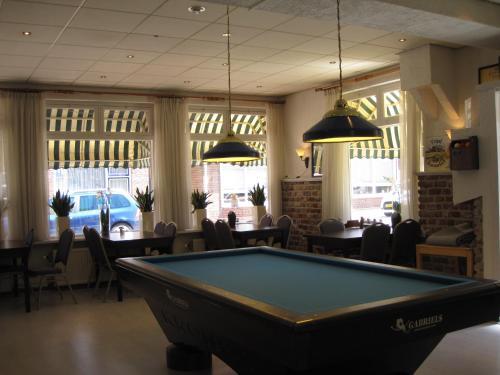 A pool table at Hotel Valkenhof