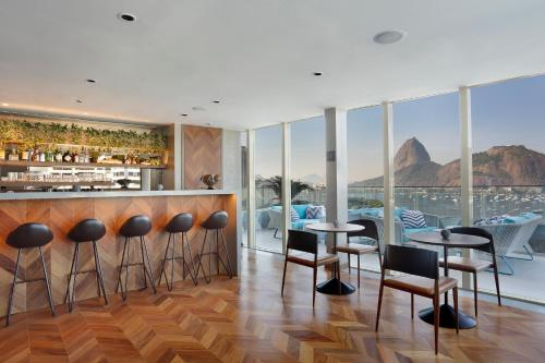 The lounge or bar area at Yoo2 Rio de Janeiro by Intercity