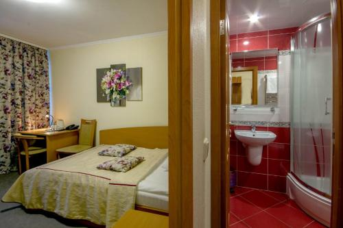 A bathroom at Tourist Hotel