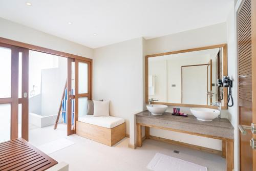 A bathroom at Ellaidhoo Maldives by Cinnamon
