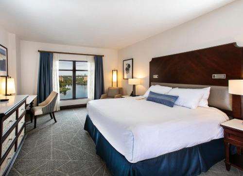 A bed or beds in a room at Wyndham Grand Orlando Resort Bonnet Creek