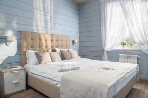 A bed or beds in a room at Country Club Zolotye Karasi