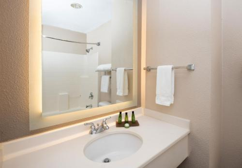 A bathroom at Larkspur Landing South San Francisco-An All-Suite Hotel