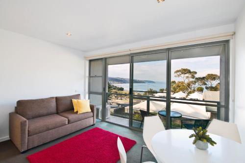 A seating area at Lorne Bay View Motel