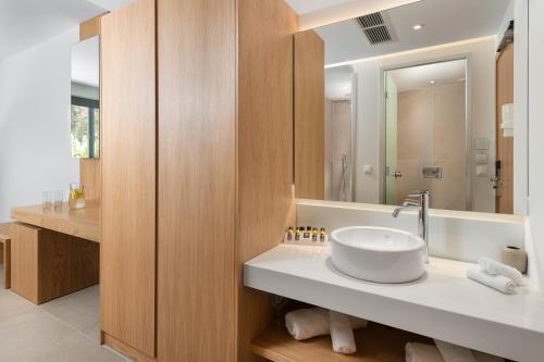Ein Badezimmer in der Unterkunft Lindos Royal Resort