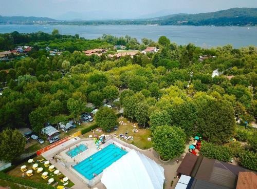Ein Blick auf den Pool von der Unterkunft Camping Village Lago Maggiore oder aus der Nähe