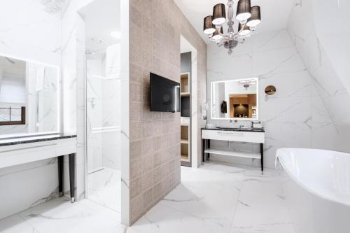 A bathroom at Grand Park Hotel