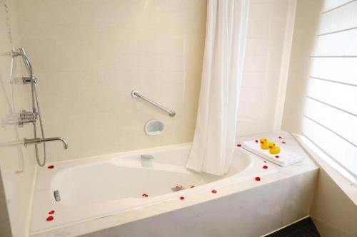 A bathroom at Jianguo Hotel Guangzhou