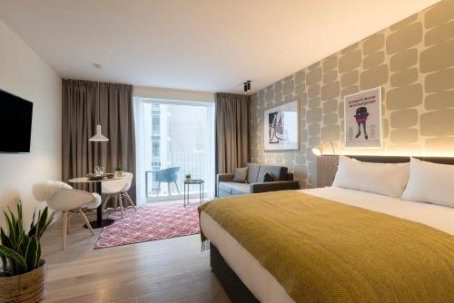 A bed or beds in a room at PREMIER SUITES PLUS Antwerp