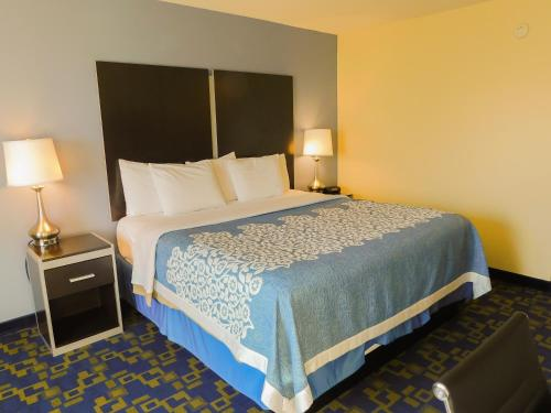 A bed or beds in a room at Days Inn & Suites by Wyndham Pocahontas