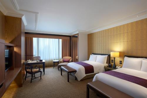 A bed or beds in a room at Sheraton Grande Sukhumvit, a Luxury Collection Hotel, Bangkok - SHA Certified