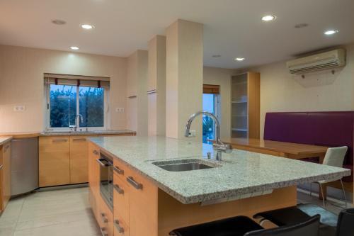 A kitchen or kitchenette at Deslumbrante V6