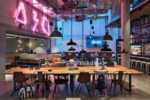 A restaurant or other place to eat at Moxy Frankfurt City Center