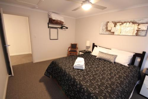 A bed or beds in a room at Port Vincent Motel & Apartments