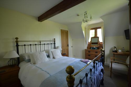 A bed or beds in a room at Woodland Guesthouse